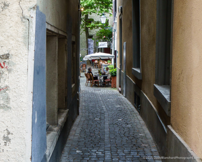 A small café tucked away in a narrow street in Zürich.