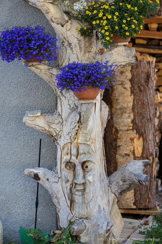 A flower pot holder with the face of the Tschäggättä.